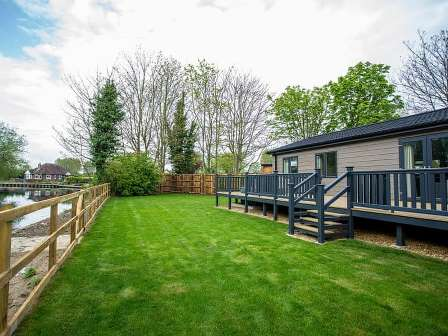 Lodge with hot tub at Lee Valley Caravan Park